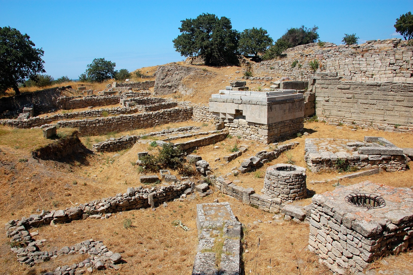 One of the richest cities of the ancient times and among the worldwide popular tourist attractions, Troy is located in the heart of nature in Çanakkale province. The ancient city of Troy was founded 5000 years ago and is now inscribed on the UNESCO World Heritage List.